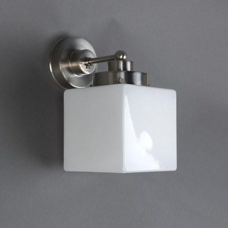 Wandlamp met strak, matnikkel armatuur en kubusvormige glaskap