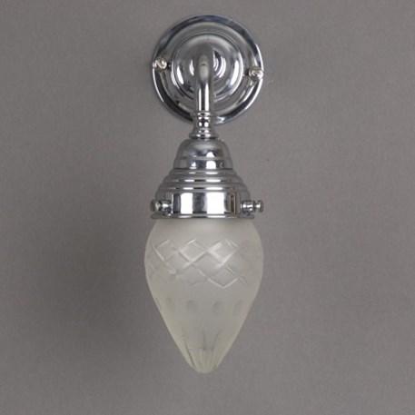 Badkamer wandlamp met glanzend chroom armatuur en kleine, vol geslepen, ellips vormige glaskap