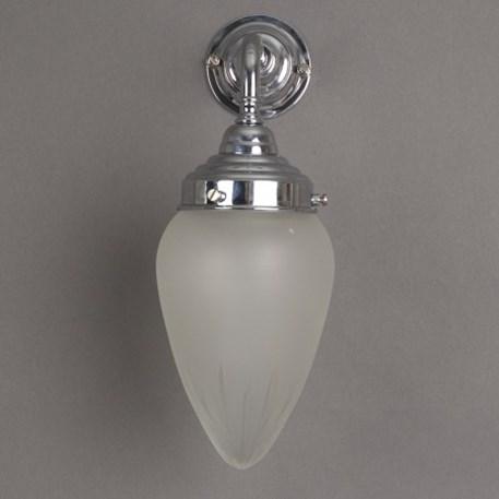 Badkamer wandlamp met glanzend chroom armatuur en grote, ster geslepen, ellips vormige glaskap