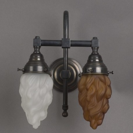 Badkamer wandlamp grote boog met bronzen armatuur en bruine, vlamvormige glaskap en geetste, vlam vormige glaskap