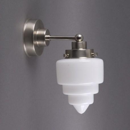 Getrapte wandlamp met matnikkel armatuur en getrapt opaline glas