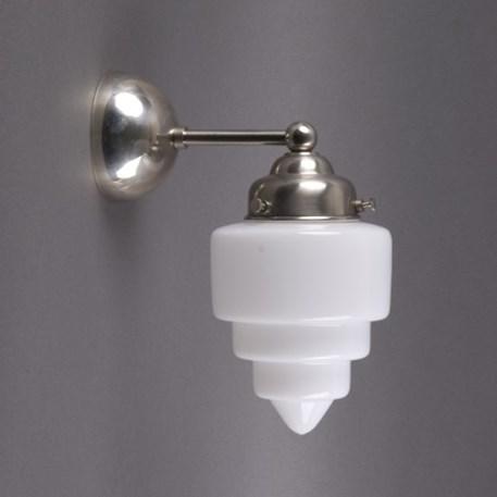 Afgeronde wandlamp met matnikkel armatuur en getrapt opaline glas