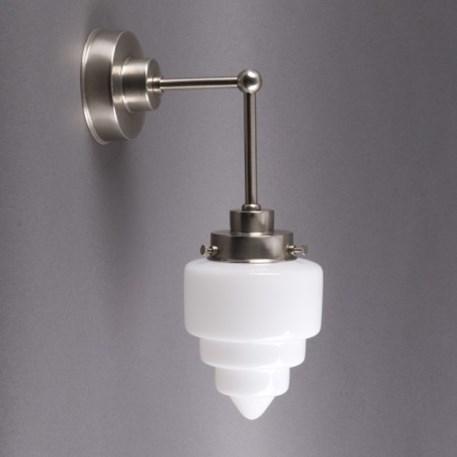 Getrapte wandlamp met extra verticale pendel en matnikkel armatuur met getrapt opaline glas