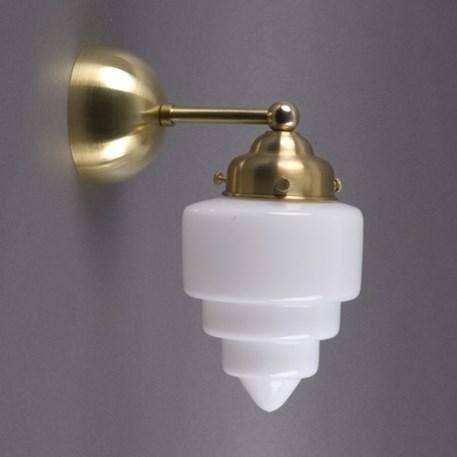 Afgeronde wandlamp met messing armatuur en getrapt opaline glas