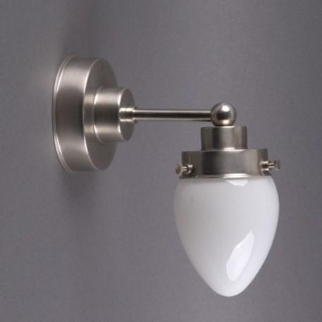Getrapte wandlamp in matnikkel met eivormige glaskap in opaal wit glas