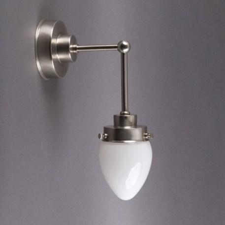 Getrapte wandlamp in glanzend nikkel en verticale pendel met eivormige glaskap in opaal wit glas