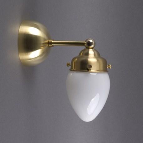 Afgeronde wandlamp in messing met eivormige glaskap in opaal wit glas