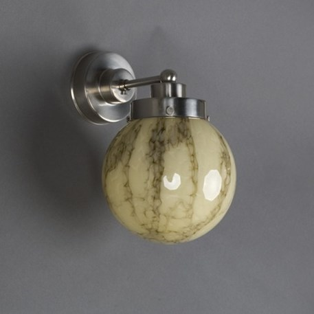Wandlamp met strak matnikkelen armatuur en gemarmerde glaskap in bolle vorm