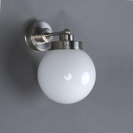 Wandlamp met strak matnikkelen armatuur en opaline glaskap in bolle vorm