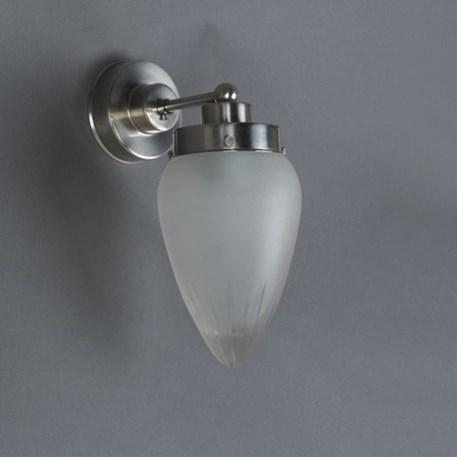 Wandlamp met strak, matnikkel armatuur en ster geslepen glaskap