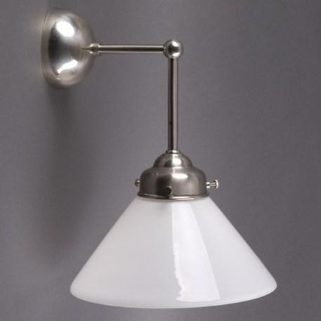 Wandlamp Cono met afgerond, matnikkel armatuur met extra verticale pendel en opaline glaskap