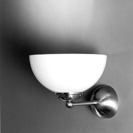 Uplight wandlamp hier afgebeeld in Matnikkel armatuur en een opaline glaskap