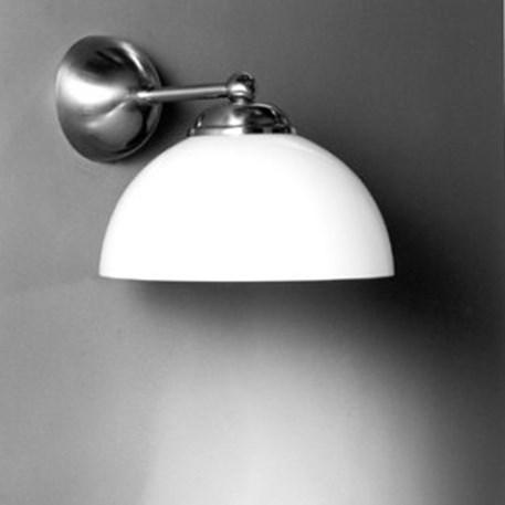 Wandlamp met opaline glasschaal en matnikkel armatuur hier afgebeeld als downlighter