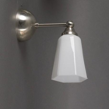 Wandlamp met afgerond matnikkel armatuur en glaskap Zeskant klein opaal