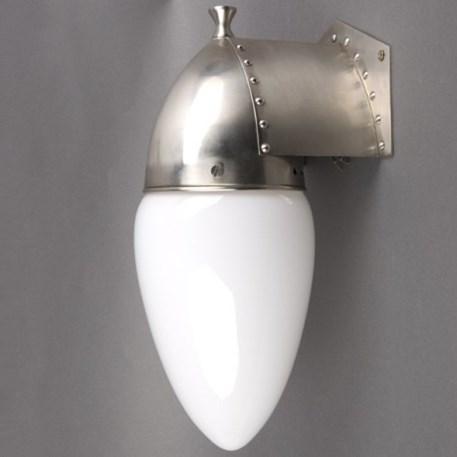 Amsterdamse wandlamp met een armatuur met klinknagels en een Opaline glaskap
