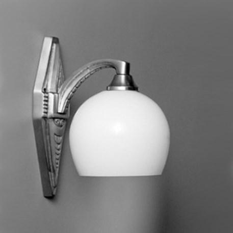 Wandlamp square met zwaar vernikkeld, gedetailleerd armatuur en opaline glaskap douche