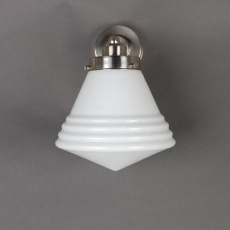Vooraanzicht wandlamp Luxe School met strak, matnikkel armatuur en opaline glaskap