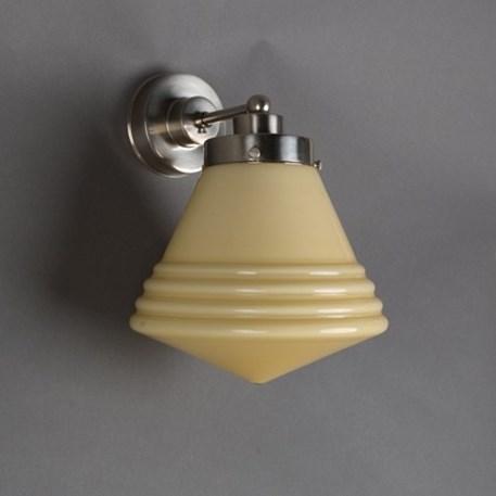 Wandlamp Luxe School met strak, matnikkel armatuur en zachtgele glaskap
