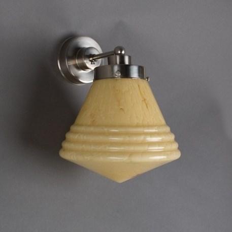Wandlamp Luxe School met strak, matnikkel armatuur en gemarmerde glaskap