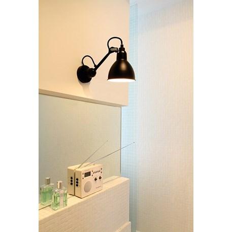 Wandspot La Lampe Gras in de badkamer, hier volledig matzwart gelakt