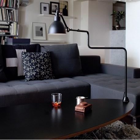Volledig (satijn) zwarte klemlamp, ideaal op een salontafel als er geen mogelijkheid is voor een lichtpunt aan het plafond