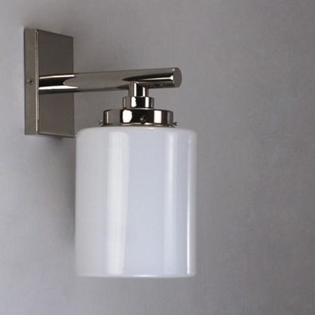 Wandlamp met Opaline, cilindervormige glaskap en glanzend nikkel, strak armatuur.