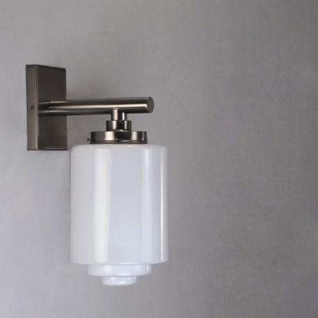 Wandlamp met matnikkel armatuur en getrapte, opaline glaskap