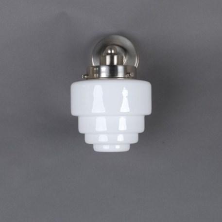 Wandlamp met getrapt, matnikkel armatuur en getrapte, opaline glaskap
